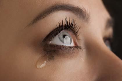 Frau mit Träne im Auge