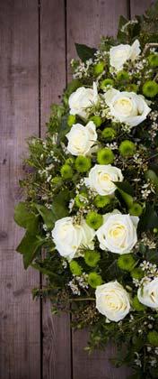Blumenkranz mit weißen Rosen