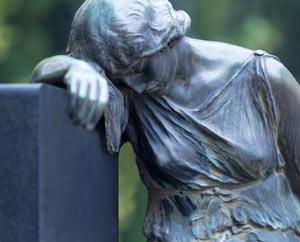 Grabstein mit weiblicher Statue