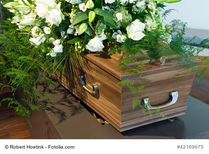 Sarg mit Blumen © Robert Hoetink – Fotolia.com