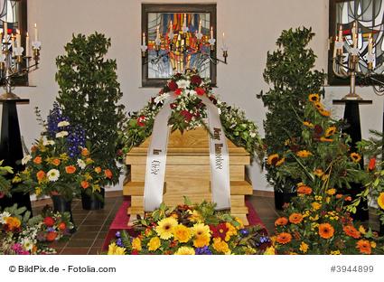 Sarg mit Blumen © BildPix.de – Fotolia.com